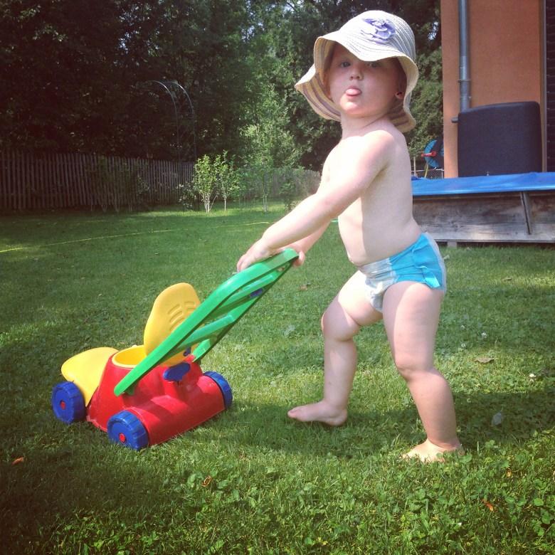 Hoe maak je haar blij? Door een kruiwagen in de tuin te hebben :)