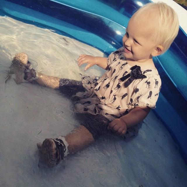 Donderdag aan het eind van de middag was het wel heel stilWas Liza met schoenen en kleren en al het zwembad in geklommen! Oeps!