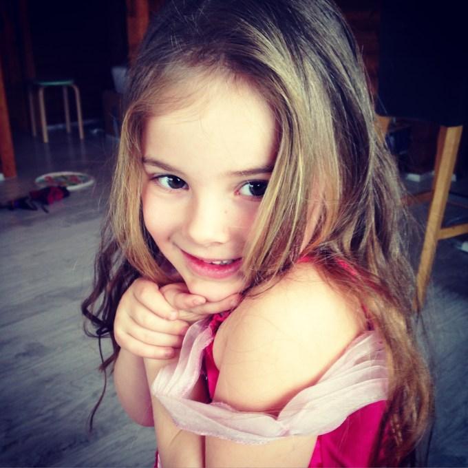 Onze kleine prinses was klaar voor het Carnaval. Je kunt hier niet zien dat ik dit doornroosje jurkje helemaal heb moeten maken. De gaten vielen erin, maar mevrouw moest en zou dit jurkje aantrekken