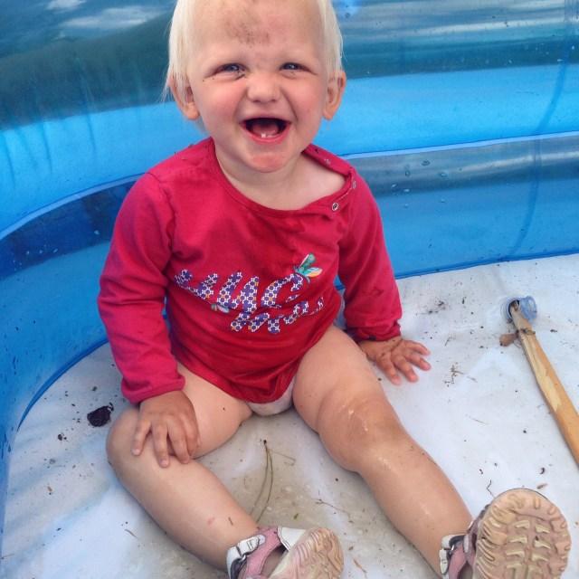 Zaterdag waren de voorbereidingen voor een weekje oma in volle gang en juist dan maakt Liza natuurlijk een doodsmak. Daarna dook ze gelijk het zwembad in en leek er niet zoveel meer aan de hand. Kleine geinbek.
