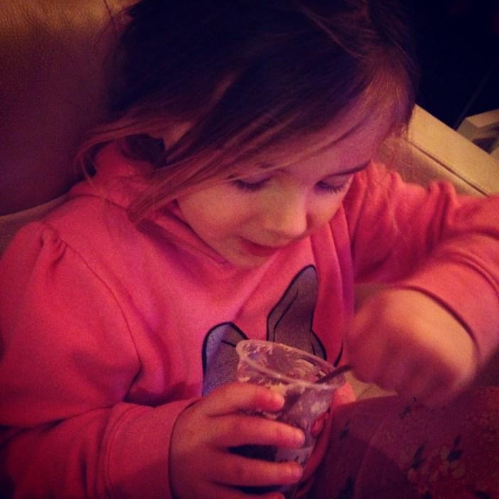 Gisteren vertelde Eva dat haar chocotoetje gemaakt was van koeienpoep en daarna naar de chocoladefabriek van Willy Wonka was geweest. Maar hoe langer we het over die koeienpoep hadden, hoe viezer ze het zelf vond en ze hem uiteindelijk dus niet op heeft gegeten. Vandaag dus maar geen poepverhalen meer
