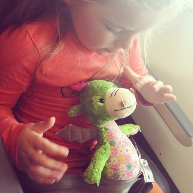 In et vliegtuig was Eva de hele tijd lekker met haar draakje aan het spelen.