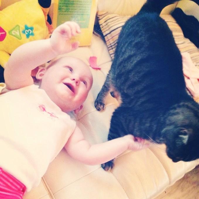 Liza en de kat. Het meisje gaat helemaal stralen als ze Gijs ziet. Gijs is dan ook niet bij haar weg te slaan. Zoveel aandacht!!!
