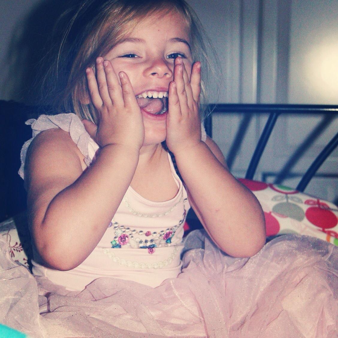 Op zondag werd Eva 4! Ze kwam onze kamer binnen en vroeg: Ben ik vandaag dan echt eindelijk vier?? EN dit was haar reactie. Uiteraard had ze haar baljuk al aan. Het blijft Eva!