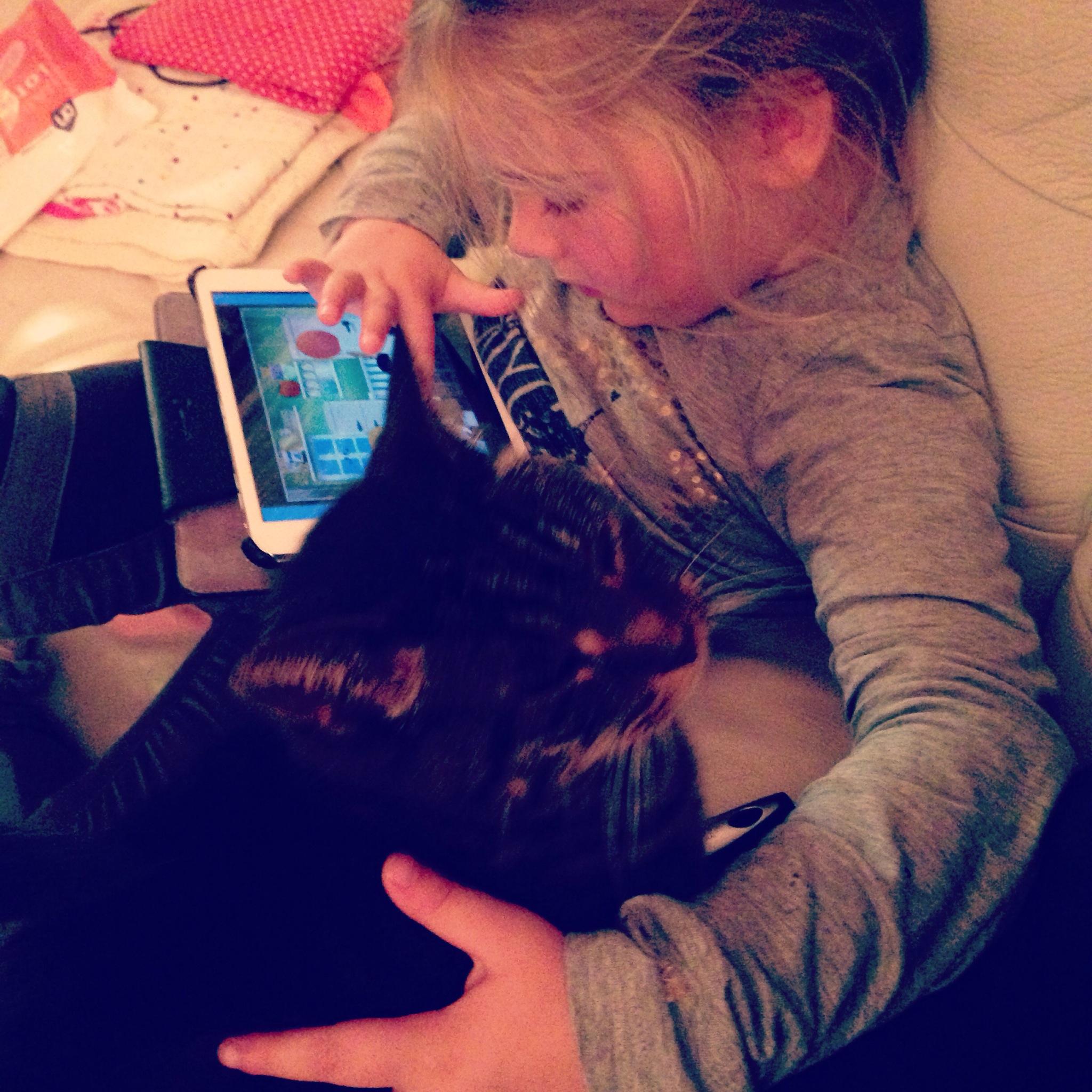 Yeah, op de iPad met ook Eva's lieve vriendje. Die kat is sinds we hier zijn geweest net een minuut het balkon op geweest, verder durft hij nog niet naar buiten. Wat een angsthaas, maar ik vind hem wel gezellig zo!