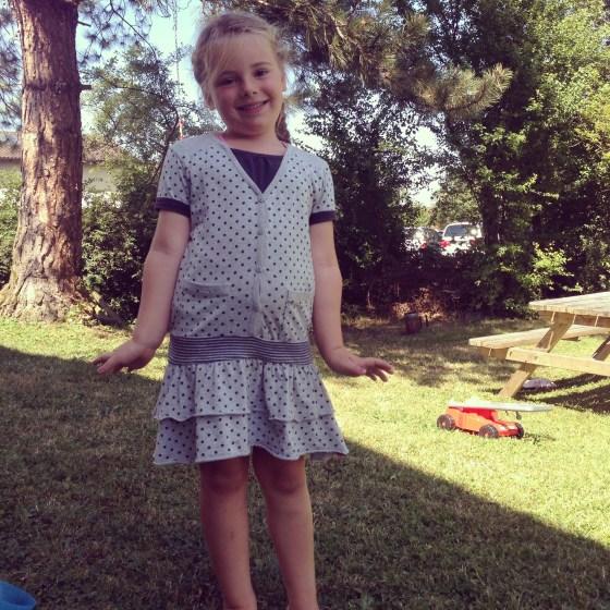 Eva showt haar 'nieuwe' jurkje, gekregen van nichtje Jasmijn!