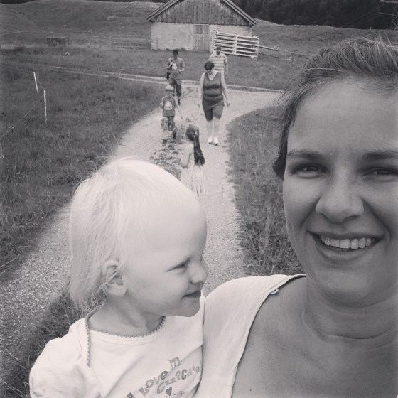 Op zondag gingen we de berg op, speelden ze met water en stenen en voetbalden we
