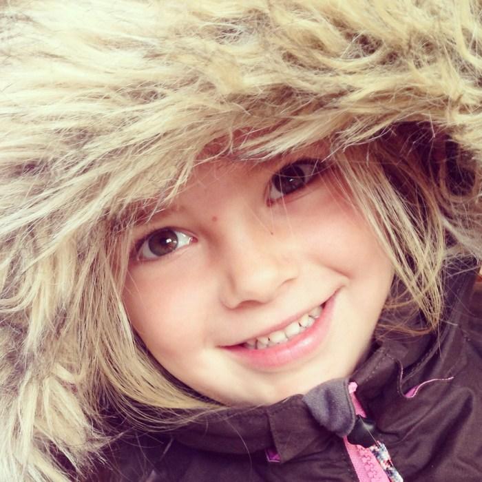 Dinsdagochtend moest Eva van mij haar winterjas passen en ik maakte deze foto! WAUW!!! Wat een lekker ding is het toch!