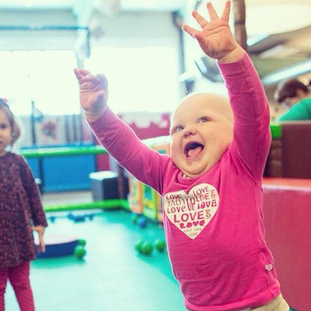 Woensdag gaan we naar een indoorspeeltuin. Lieve Liza stapt er vrolijk op los! Zie ook de blog van gisteren.