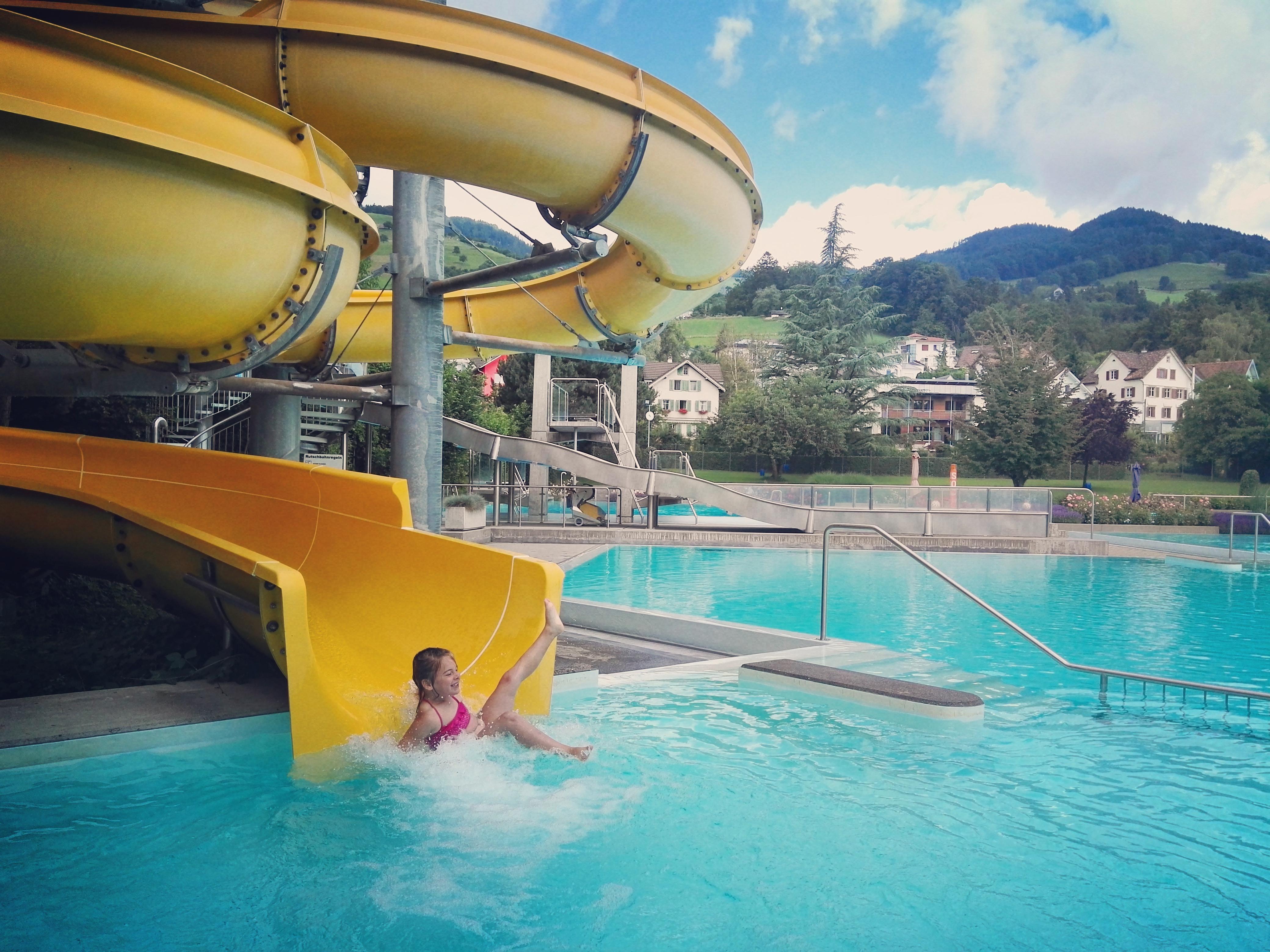 zondagochtend lig ik al vroeg met Eva in het zwembad. Het is ijskoud, maar we moeten toch echt oefenen met zwemmen.
