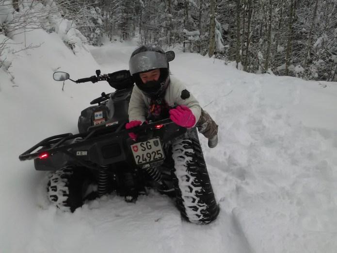 Eva met Floris op de quad door de sneeuw