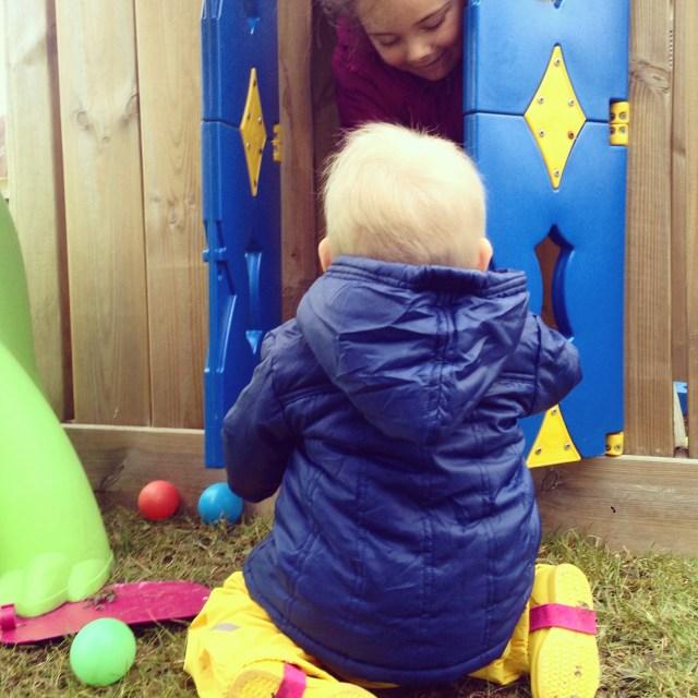 Dinsdag is het wat koud, maar wordt er toch heerlijk buiten gespeeld. Blij met het regenpakje van Liza, scheelt weer smerige broeken.
