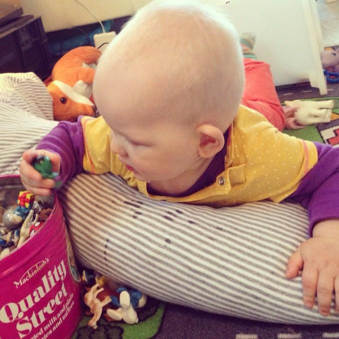 Dinsdag, de dag van de ontdekkingen... Leuk dat speelgoed. Steeds graaide ze met haar handje in de ton, likte aan het poppetje en pakte een volgende poppetje!