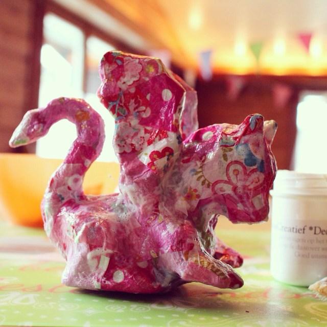 Woensdagochtend maakten we deze roze draak. Je leest er >>hier<< alles over