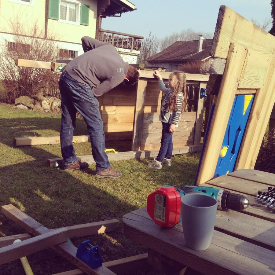 Op zondag zette Floris het speelhuis (eindelijk) in elkaar