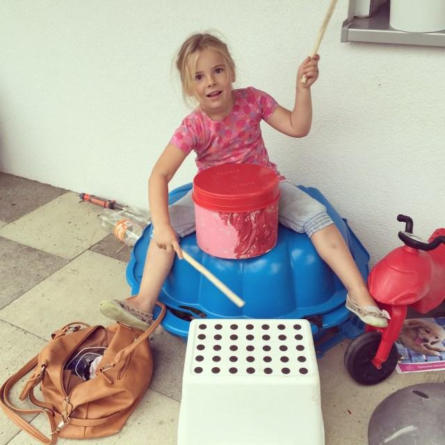 Eva trommelde op haar trommel die ze op het kinderfeestje beschilderde