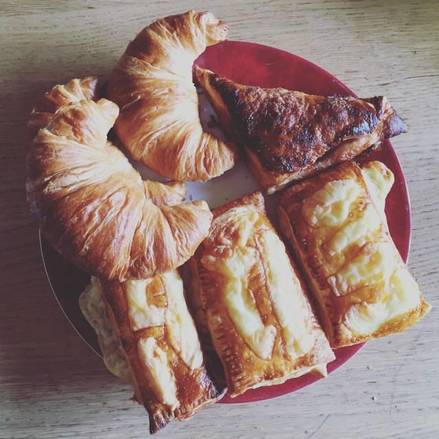 Zondagmiddaglunch. Croissantjes, kaasbroodjes en vruchtflappen