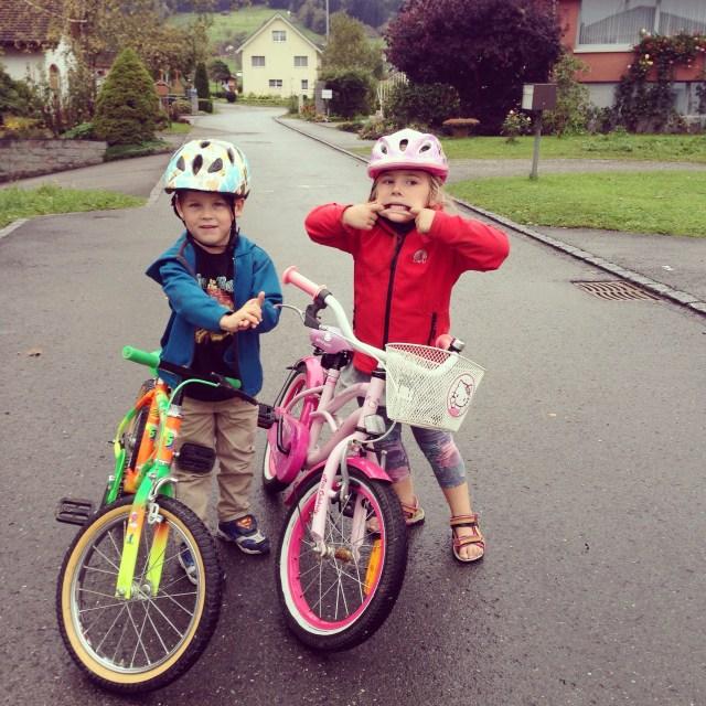 Eva leerde trouwens gisteren fietsen op haar grote fiets. Na een ochtend doorzetten, ze kon namelijk nog niet zelfstandig opstappen en remmen,mocht ze van mij eindelijk los en aan het eind van de middag was het alsof ze nog nooit anders gedaan had!