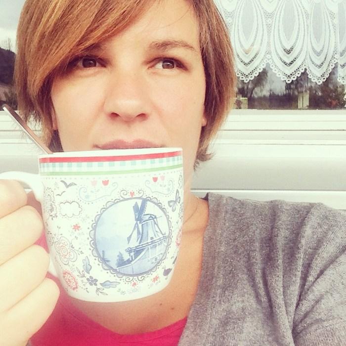 Weer in bed en ik kon nèt mijn koffie opdrinken, voordat ze weer wakker was...