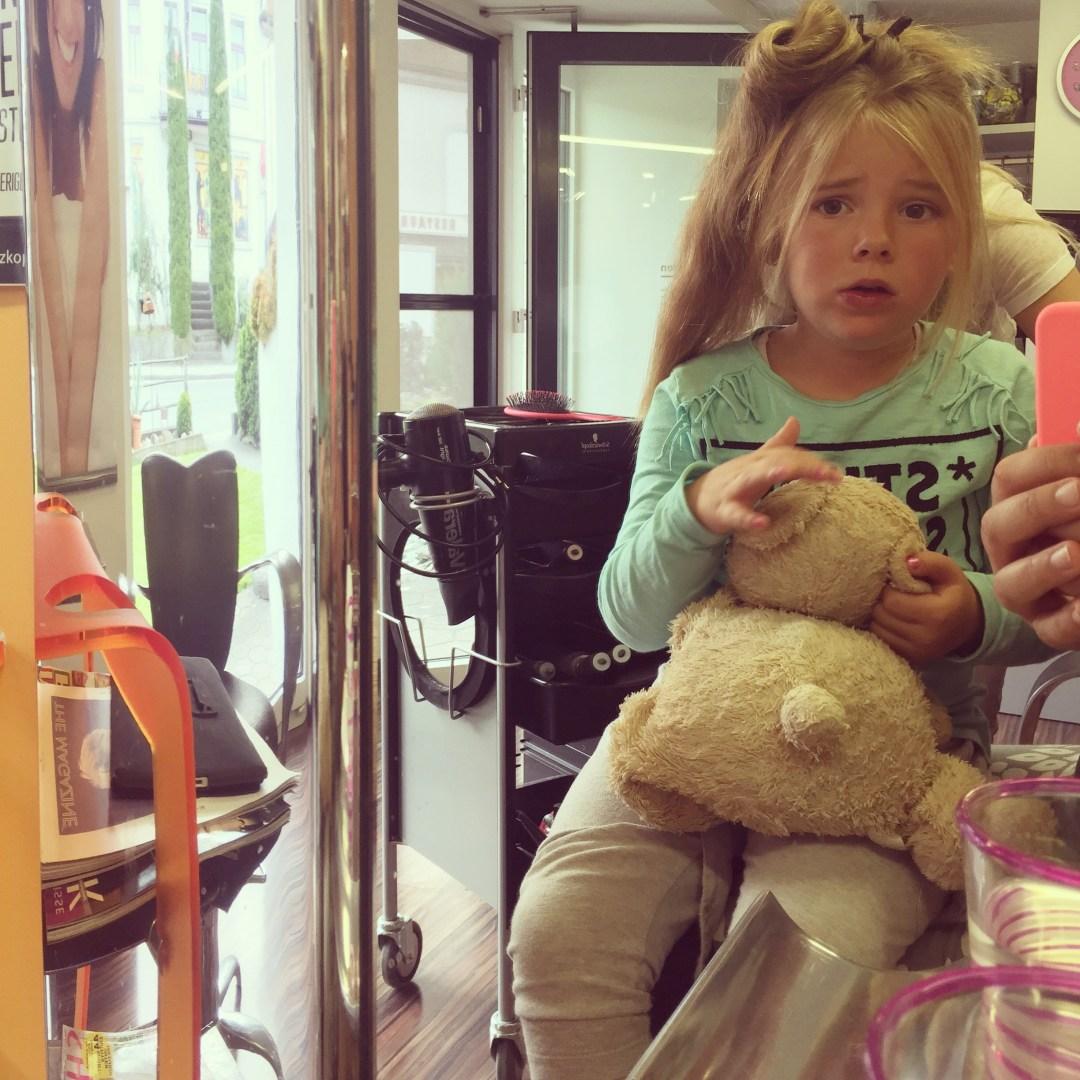 Terwijl Liza bij een vriendje speelt, heeft Eva een spannende middag bij de kapper.