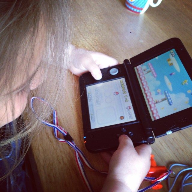 Ondertussen had Eva de Nintendo ontdekt. Ze kijkt altijd Mario op youtube, het werd tijd dat ze zelf eens zou mario-en!