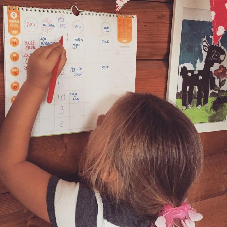 We zijn deze week ook begonnen met de aftelkalender. Hier mocht ze al 3 kruisjes zetten :)