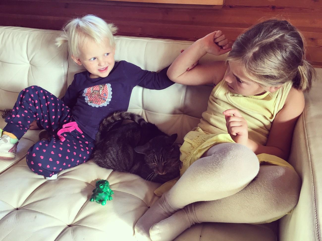 Na het MUKI-turnen en de boodschappen kwam Eva thuis. Konden ze lekker gaan ruzie maken over die kat mocht aaien.
