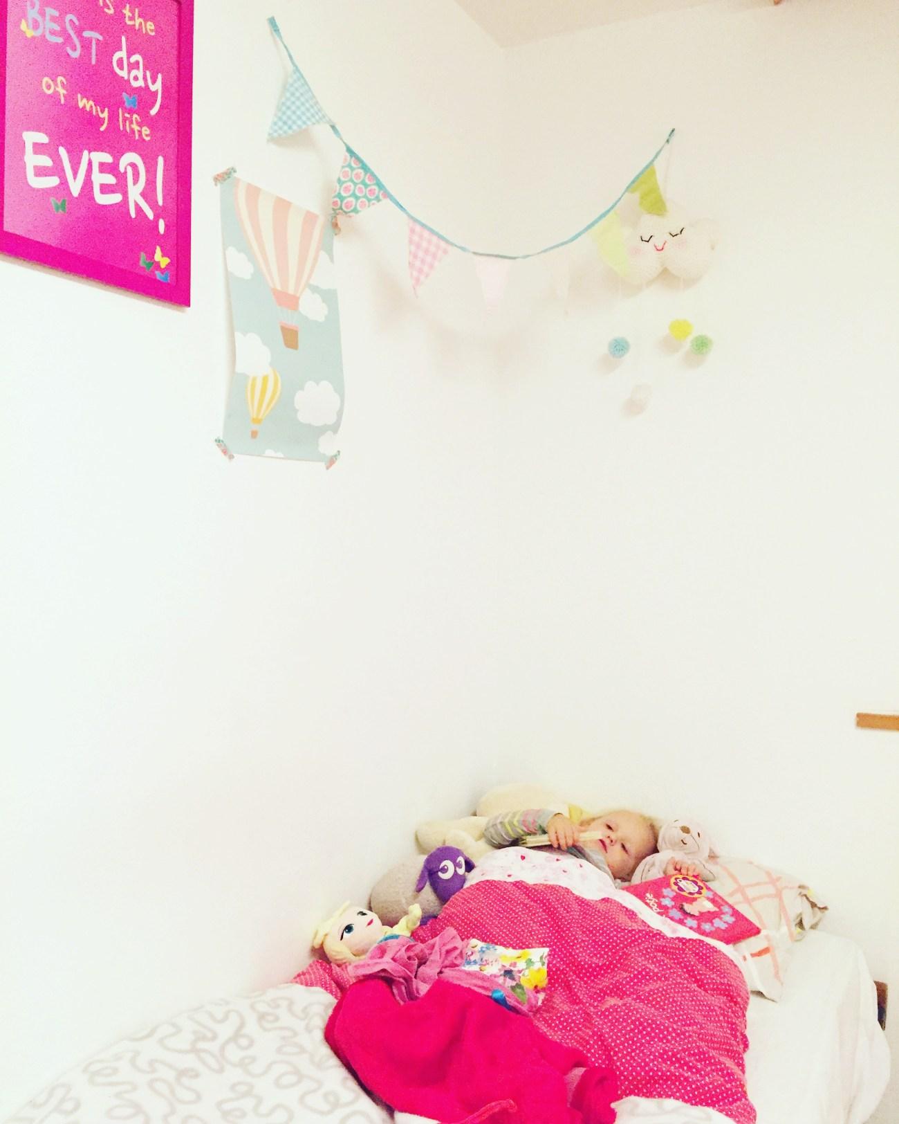 Het mooie bed dat ik een paar foto's terug liet zien, ging maandagnacht kapot. Ik zakte er met mijn knie doorheen toen Liza wakker werd. Sneller dan verwacht moet ze nu in een groter bed. Gelukkig hadden we nog een logeerbed staan.