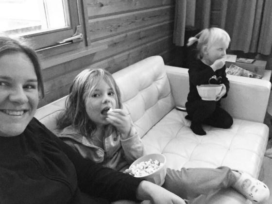 Na een warm bad, had Eva wel een middagje film kijken verdiend. We mochten een gloednieuwe film kijken om te reviewen en dat deden we met popcorn.