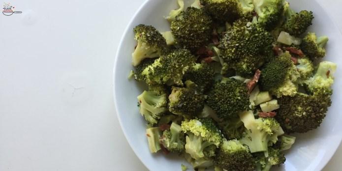 Broccoli met een twist. Altijd fijn als je weer eens wat anders op tafel kunt zetten toch? Ingrediënten Het enige dat je nodig hebt is een kwartiertje tijd en broccoli, bacon of spekjes, sap van 1 citroen, geraspte schil van 1/2 citroen, knoflook in plakjes naar smaak, chilivlokken en geraspte Parmezaanse kaas.
