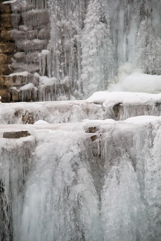 Aan het eind van de middag nemen Floris en ik Lars mee naar de bevroren watervallen. Tof toch?