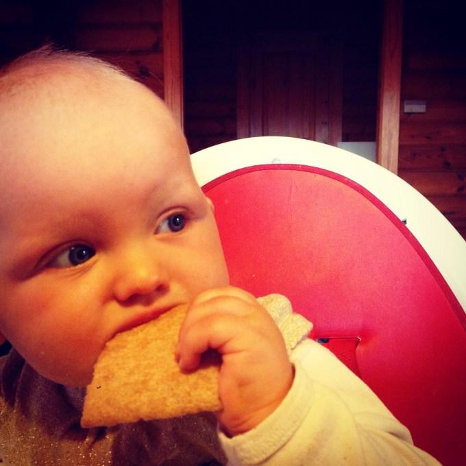 Vrijdagochtend ontbijt! Liza ontbijt met pap, maar heeft als wij gaan eten ook weer trek. Sabbelen aan een cracker is prima.