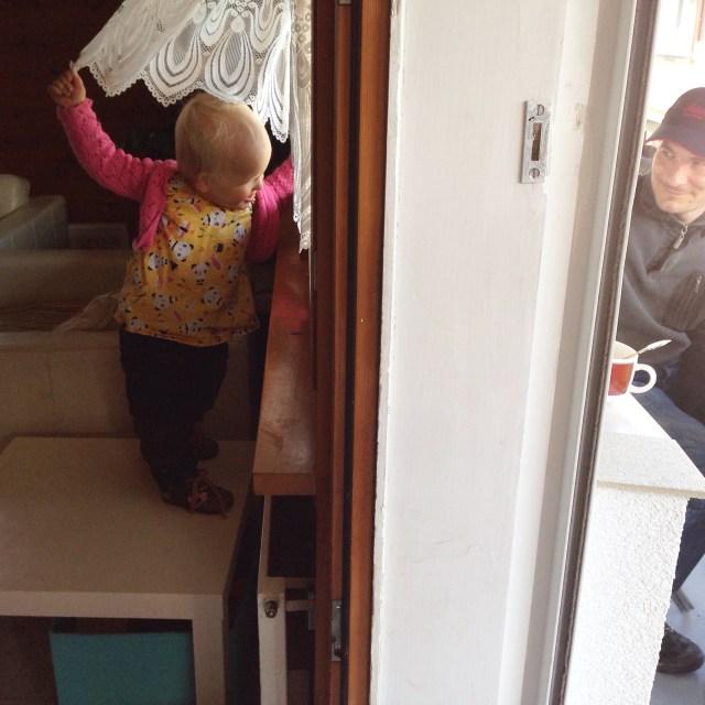 Staan op stoelen en banken  en op deze foto klopte ze maar even op het raam. Zie je me pap?
