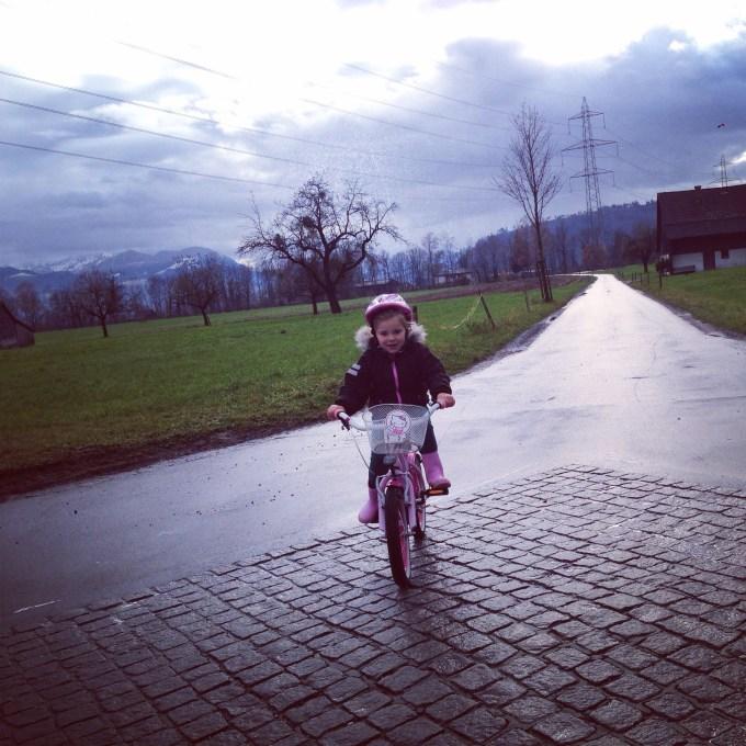 Ik had eerst Eva achterop gezet, alleen toen kwam ik niet meer vooruit. Dus ging ze zelf fietsen en dat ging echt super!