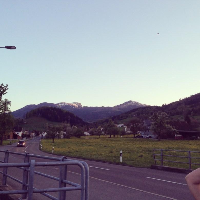woensdagavond gaan we met de vrouwen van de gym een rondje Nordic Walken... Mijn hemel. Hardlopen is er niets bij met dat tempo van mijn buren! Met de bergen was het overigens wel fijn om stokken bij je te hebben