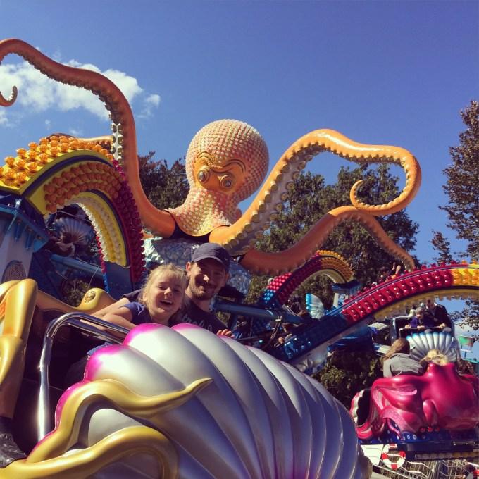 Zaterdag was een luie aanrommeldag. Zondag gingen we naar de kermis en ging Eva met Floris in de Spin. Stoer kind!