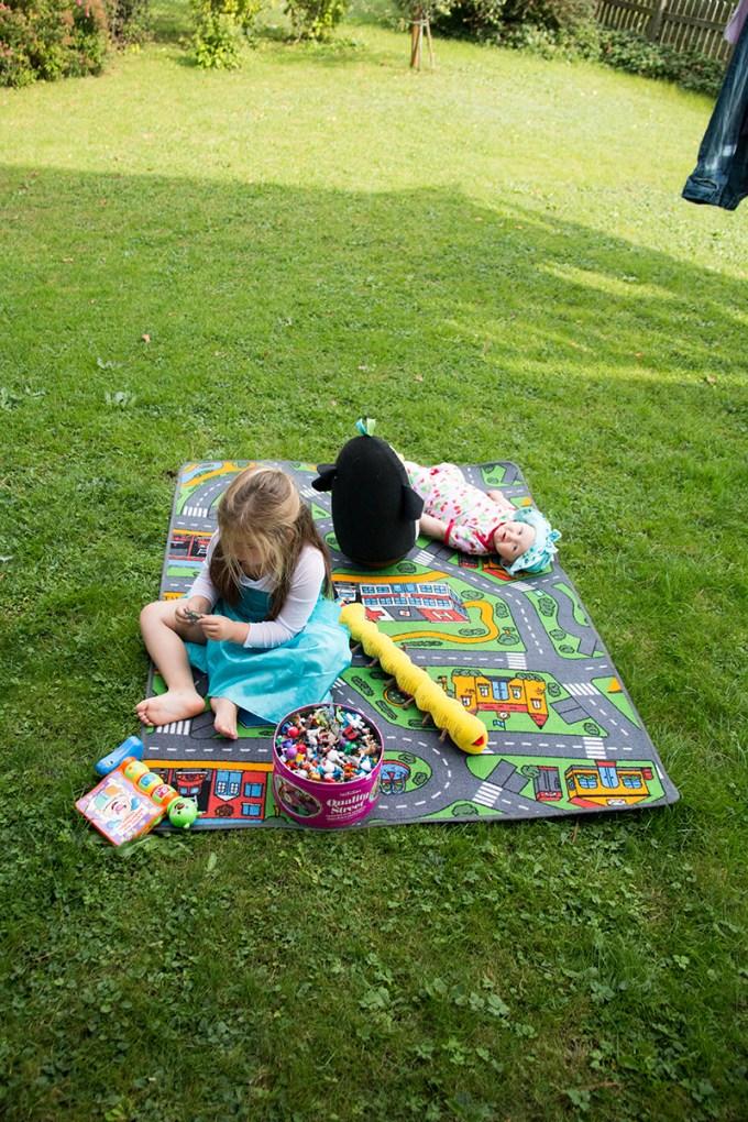 Het was zo lekker dat we de boel naar buiten, op het gras, hebben verplaatst!