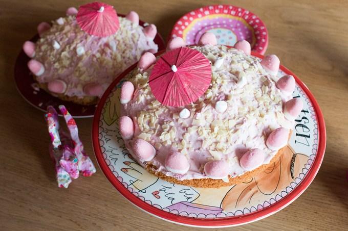 Geen fancy taart voor Liza,maar een ordinaire huis tuin en keuken taart. En lekker dat hij was. Ook dit past precies bij haar en bij ons.