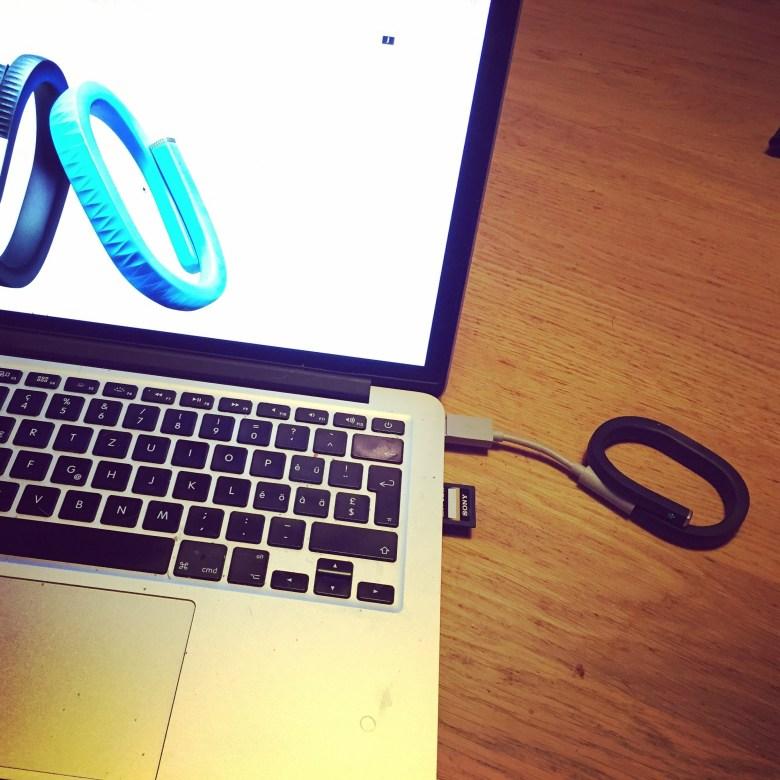 Maandagochtend zocht ik mijn Jawbone Up op en de oplader. Tijd voor actie!