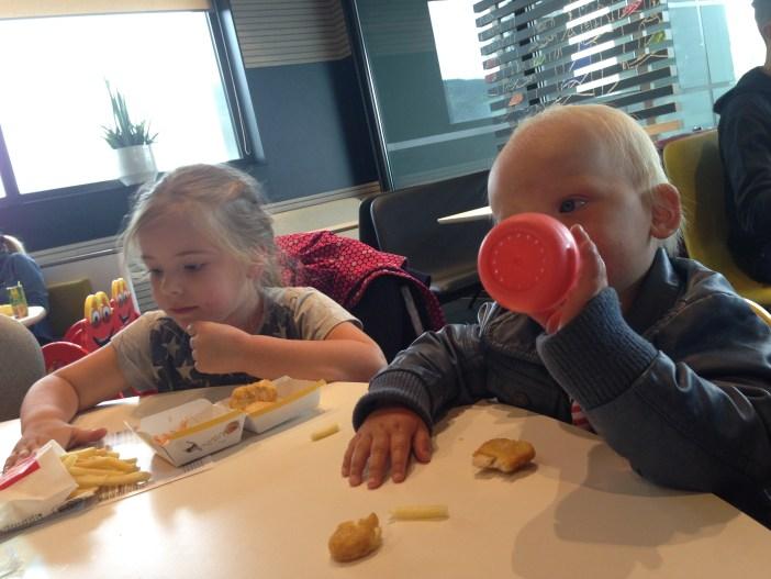 We besloten ze te verrassen met een bezoekje aan de MacDonalds!