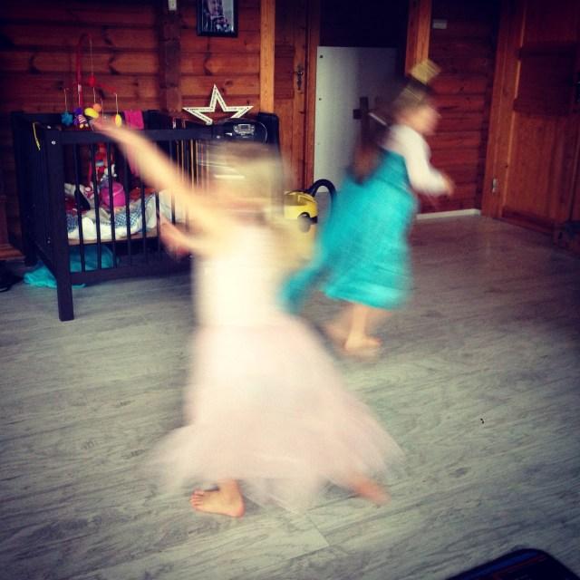 Woensdagmiddag hebben we een vriendinnetje te spelen. Een klein meisje dat  ook houdt van verkleden, uit volle borst meezingt met Frozen en zo vrij is dat ze het hele huis doorjakkert. Gezellig!