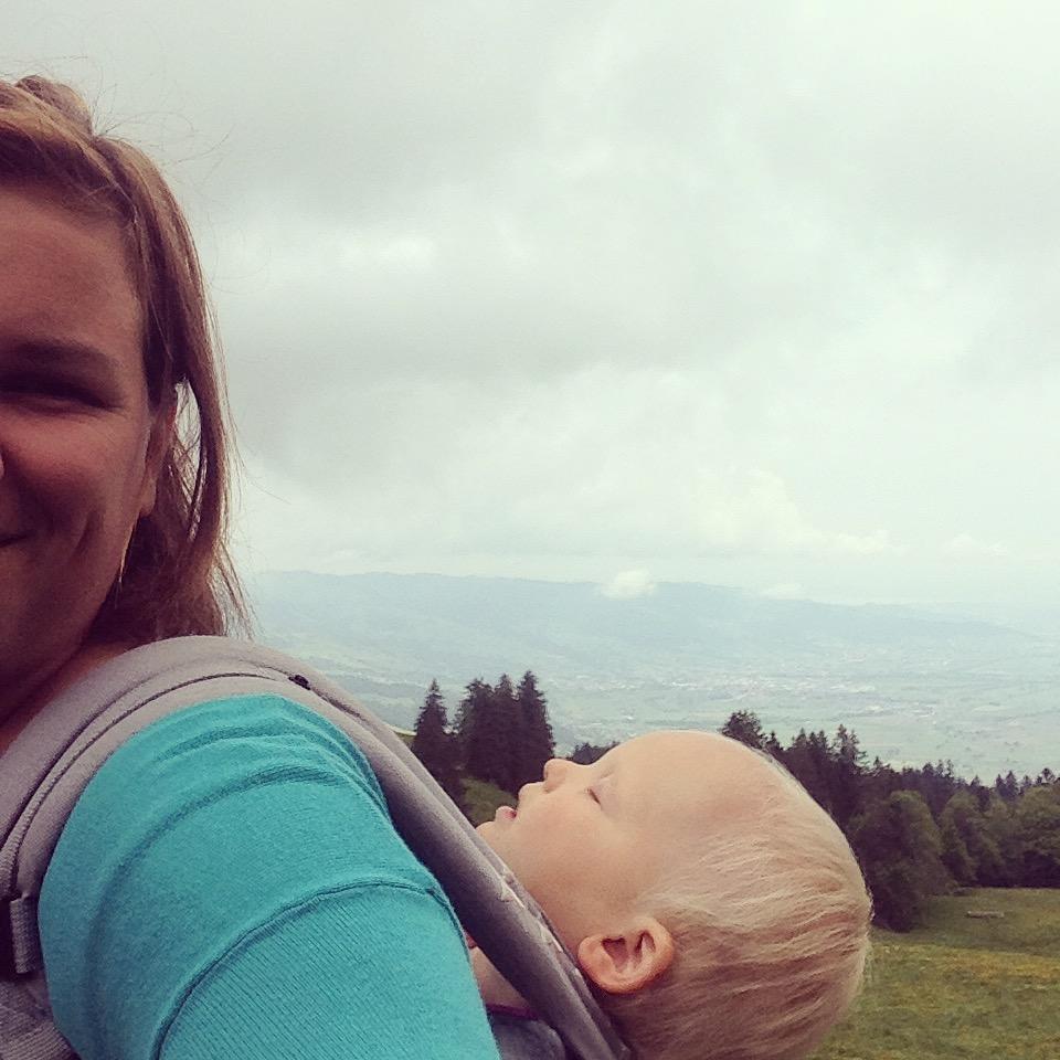 Maandag (tweede pinksterdag) gaan we weer de berg op en besluiten we een flinke wandeling naar boven te maken. Dat lukte en eenmaal boven, sliep liza. Jammer!