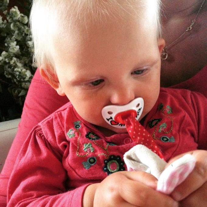 En toen ging het mis! Deze kleine dame kon alleen maar huilen. Dus de speen werd helaas maar uit de kast getrokken. Het hielp gelukkig ook wel,