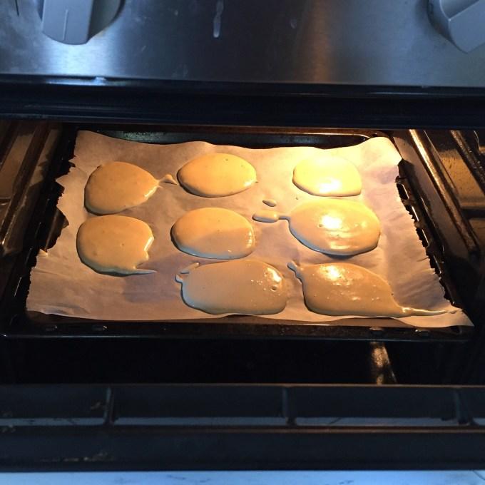 Daarna maak ik eierkoeken. Ik ga echter de wasmanden opvouwen en Floris liet ze in de oven staan. Geen eierkoeken, maar ze smaakten naar lange vingers.