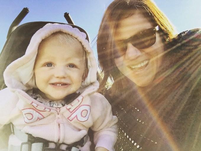 Donderdag gaan Liza en ik een stukje wandelen. Vandaag met de buggy, zodat ze zelf ook lekker kan lopen. Het is nu zo lekker dat we het er echt van nemen