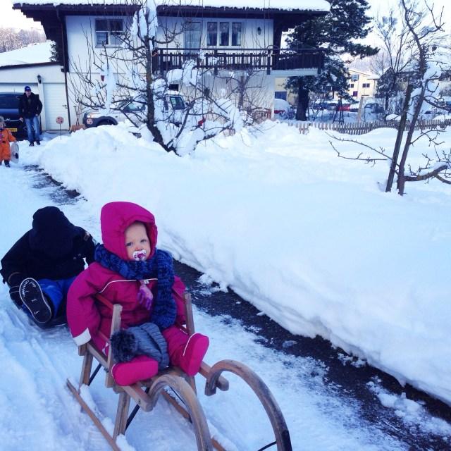De laatste dag (ochtend) in de sneeuw met elkaar.Eva is erg verdrietig en wil bijna geen gedag zeggen. Maar doet het toch nog. Dat moet natuurijk