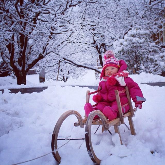 Liza was nog niet helemaal enthousiast van de sneeuw, maar het plaatje is leuk!