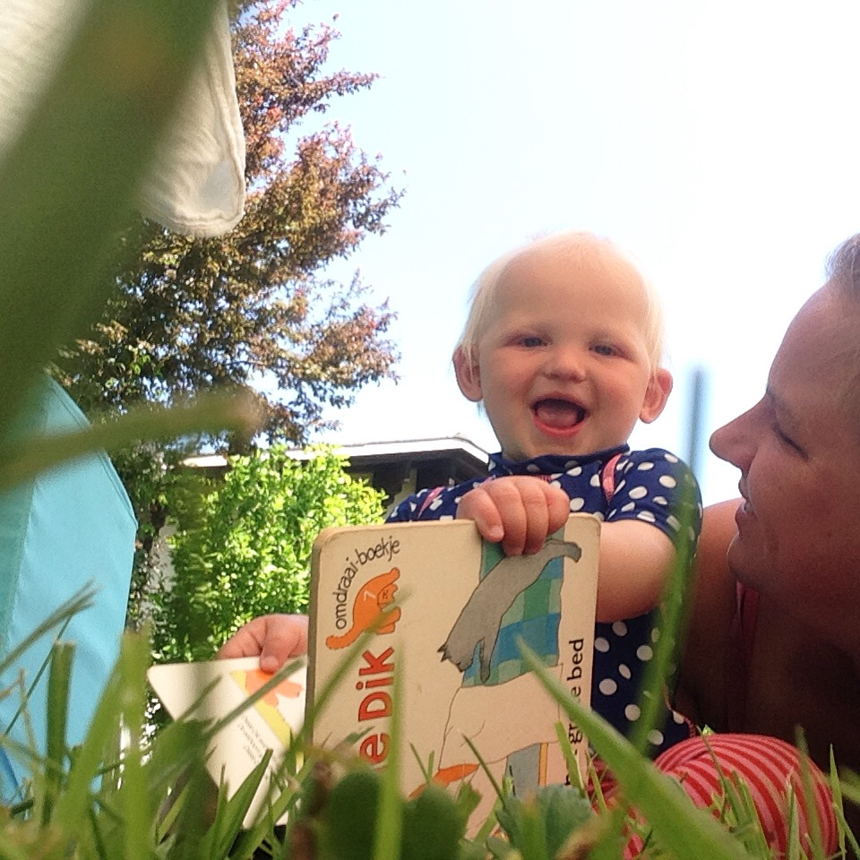 We lazen samen een boekje op het kleed in het gras