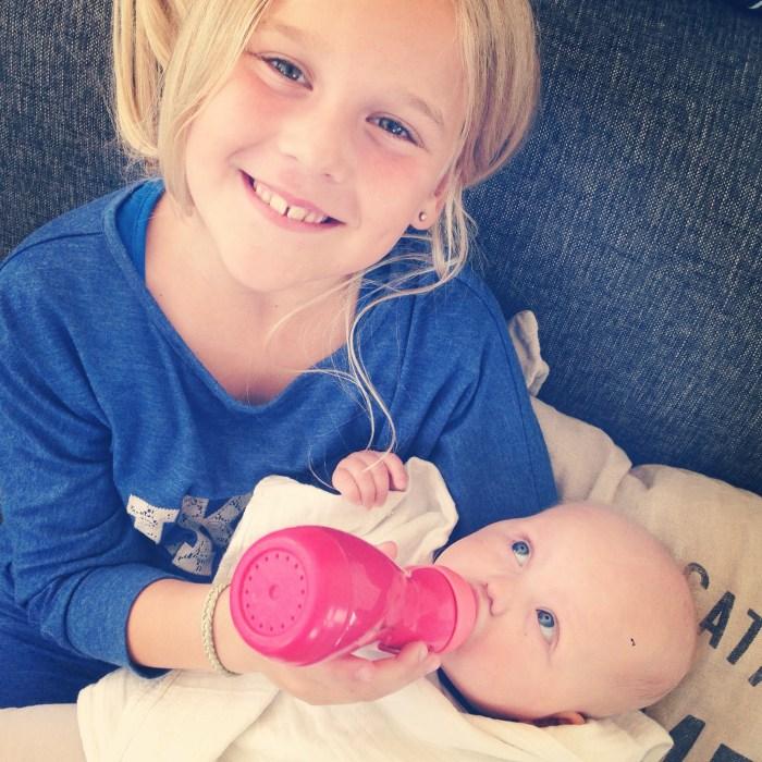 En er gaat geen dag bij Mijke voorbij of oudste nichtje Jasmijn knuffelt met Liza. Jasmijn maakte haar fles klaar en gaf haar ook de fles,. Liza vond het supergezellig!