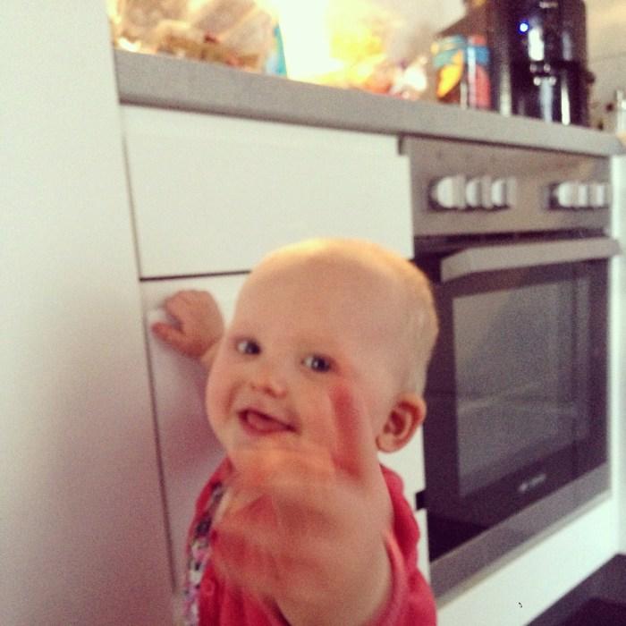 Liza heeft ontdekt waar de koekjes staan en die wijst ze dan ook steeds weer aan!  Taaaa